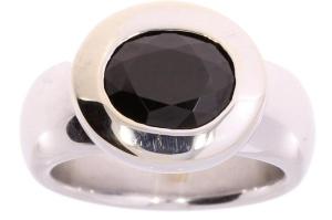Witgouden Bron ring met zwarte korund
