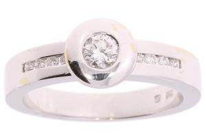 Witgouden damesring met 0.37crt diamant